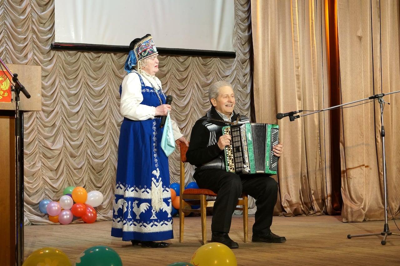 От имени районного Совета ветеранов Р.П.Егорова и Б.Я. Кольчак исполнили несколько военно-патриотических песен