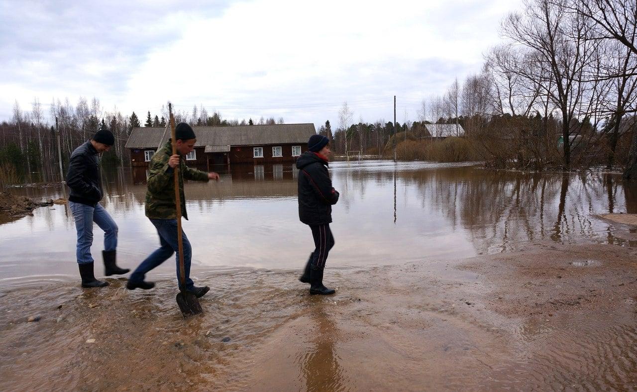 Местные жители пытаются остановить воду, но она с каждой минутой прибывает
