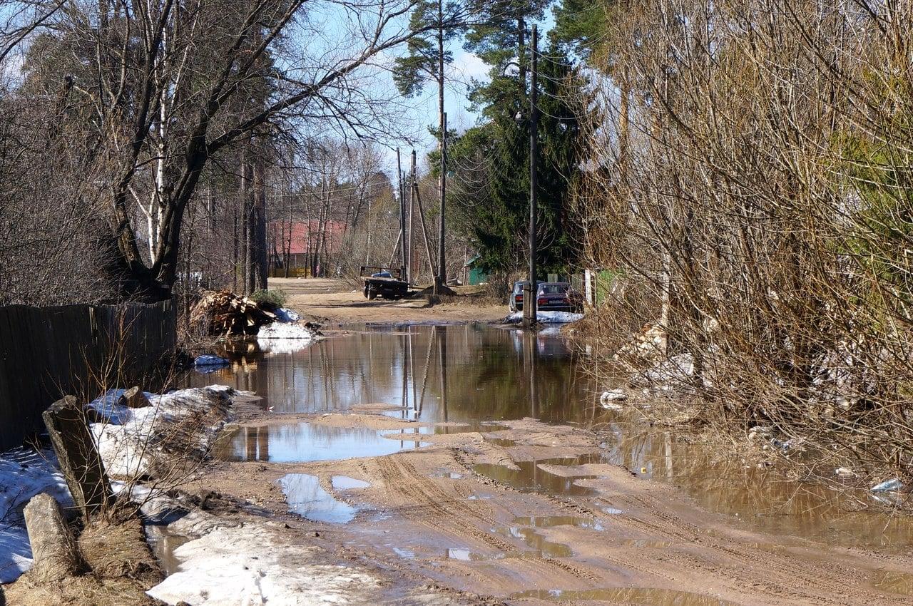 На ул. братьев Даниловых подтопило участок дороги, от поселкового парка