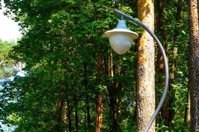 Монтаж светильников в парке