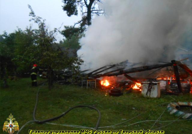 В Максатихе сгорел гараж с двумя автомобилями