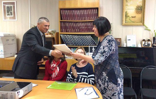 Вручение благодарственного письма директору Максатихинской библиотеки Надежде Степановой