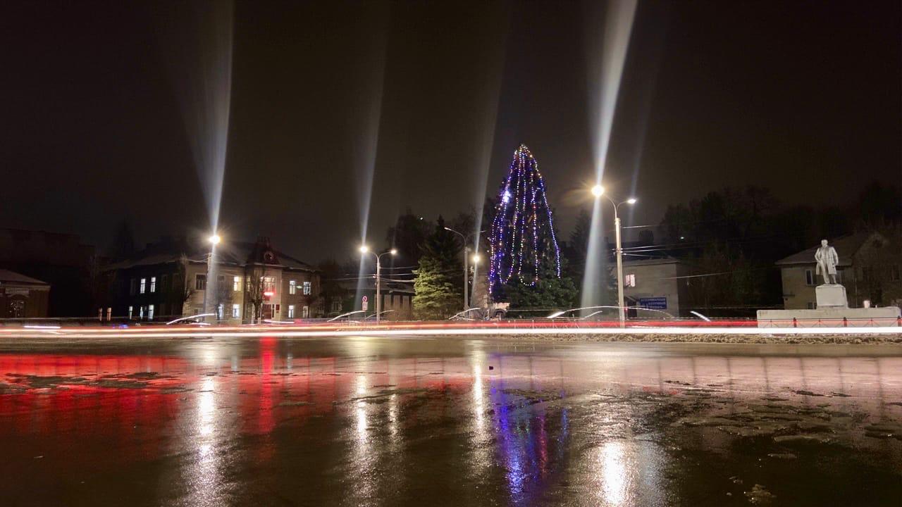 На площади Свободы 21 декабря нарядили главную ёлку посёлка Максатиха